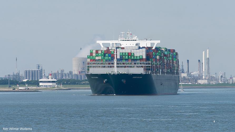 grootste schip wordt vol gereden met auto